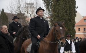 Semjén Zsolt, a KDNP elnöke bevonul Kézdivásárhelyre