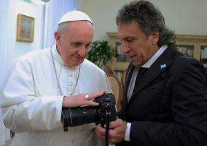 Ferenc pápa megáldja Victor Bugge fényképezőgépét. Forrás: http://www.gmanetwork.com/news/photo/34424/pope-francis-blesses-argentine-lensman-and-his-camera